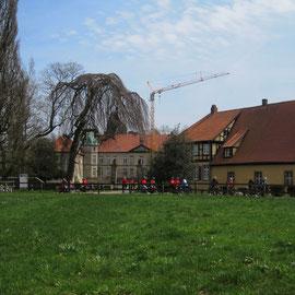 Radgruppe vor dem Schloss Hünnefeld