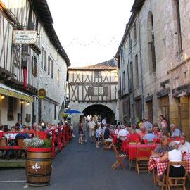 Ambiance festive et estivale dans les vieilles rues de la bastide de Sainte Foy la Grande