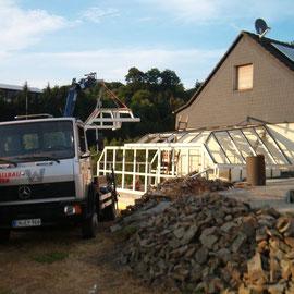 Das letzte Dachelement wird mit dem Kran montiert