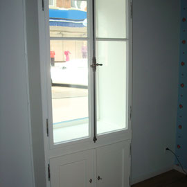 Im Keller fand ich die passenden alten Fenster zur Vitrine! So ein Glück!