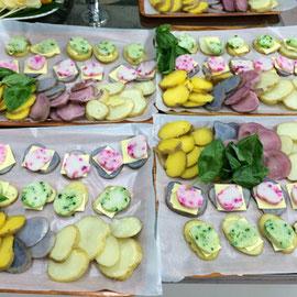 網走の水産屋さんから提供いただいた新鮮なたらのすり身。それに京都の漬け物を練り込んだ手作りかまぼこをのせジャガイモカナッペ