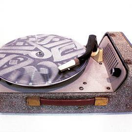 Transe  2013  Disque vinyle transparent, plaque de zinc gravée, platine à lampe.  Boucles de sons de cuivres gravées manuellement sur disque vinyle.