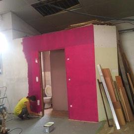 Premier mur, un peu de couleur pour égayer le chantier - Photo © TiPii Atelier