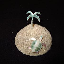 土台は夜光貝のふたにサンゴ砂を張付けたもの