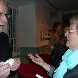 Françoise Bourgault en discussion avec M. Blais originaire deSaint-Nazaire et présent au lancement du livre