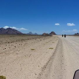 Anfangs eine lange und breite Gravel-Road. Es wurde wärmer