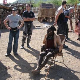 Der Chief gibt jedem die Hand und in Himba wünschen wir ihm einen Guten Tag