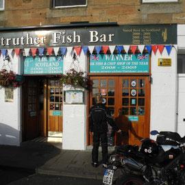 Jannis schaut sich die Awards des Anstruther Fish Shops an