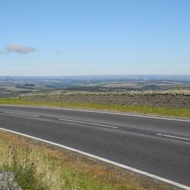 Grober Asphalt, leere Straßen, weite Sicht - Welcome in Scotland!
