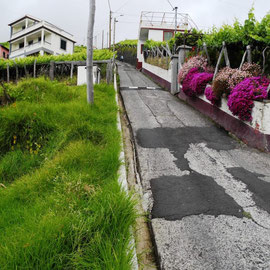 Auf den Foto kommt es gar nicht so genau heraus, wie steil manche Straße hier ist