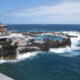 Im Meerwasserschwimmbad von Porto Moniz ist richtig was los