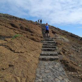 Oft helfen Stufen den Wanderern, den Weg hinauf zu gehen