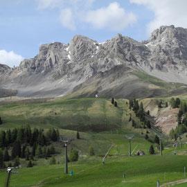 Passo Pellegrino-Ausblick auf die Skigondeln und die langweiligen Berge