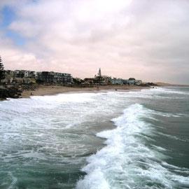 Es ist relativ kühl (im Vergleich zu Sossusvlei minus 15 Grad) und der Atlantik hat Wellengang