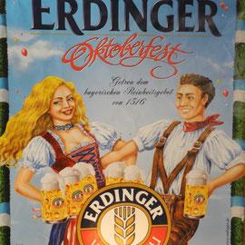 In der Bar wirbt man für das Münchner Oktoberfest.
