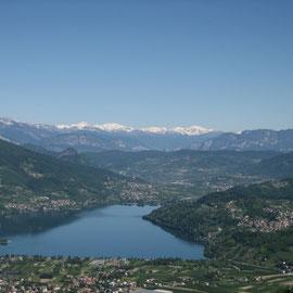 Wir wohnen in Levico Terme in einem Motorrad-Hotel und schauen hier auf den See Caldonazzo