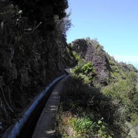 Blick zurück: ganz schön eng und rechts geht´s steil bergab