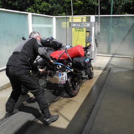 Auf dem Weg nach Brighton fahren wir erst einmal in die Waschanlage