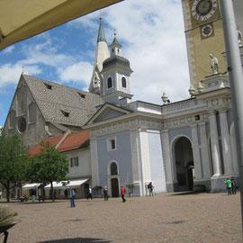 In Brixen: der Dom und schönstes Wetter
