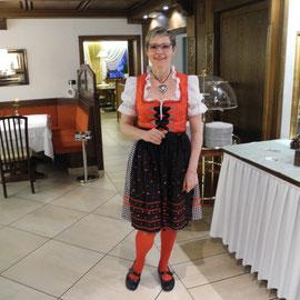 Flavia erwartete uns dann abends im Hotel in Tracht zum Ladinischen Abend