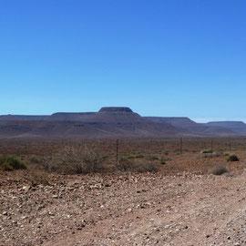 Nach dem Mittag wird es etwas spröde, aber die Tafelberge sind schön anzuschauen