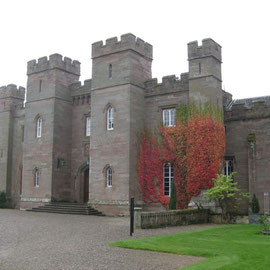 Das Eingangsportal des Schlosses