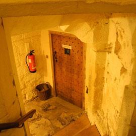 Der Keller - hier mit einer Errungenschaft der Neuzeit, dem Feuerlöscher