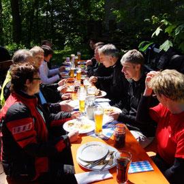 Sooo schön, in der Sonne sitzen mit netten Leuten und essen.