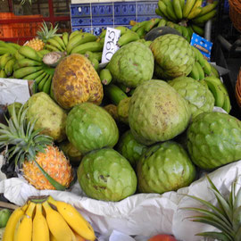 Ich weiß nicht mehr, wie die grünen Früchte heißen, aber sie schmecken hervorragend