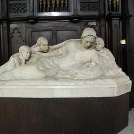 """Das Standbild """"die menschliche Familie"""" von Josephine de Vasconcellos"""