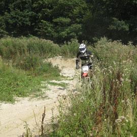 Gemeinheit war: Unten am Ende der Kurve war auch noch Sand und der verursachte so manchen Sturz