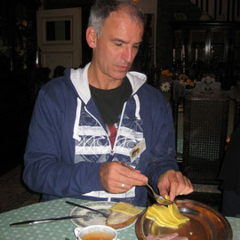 Am Freitag Abend trafen ungefähr 80 Gäste ein und aßen sich erst einmal satt. All you can eat für 10 Euro!!!