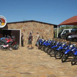 """Die """"blaue Armee"""" von Gravel-Travel. Wir durften uns ein Bike aussuchen und unser Name kam auf das Windschild"""