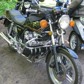 oder diese tolle alte Sechs-Zylinder-Honda: