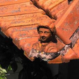 Und sehen dabei schöne Dinge, wie diese Knabenbüste an jeder Ecke eines Daches