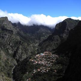 Eingekesselt in die Berge und die Wolken machen den Deckel drauf