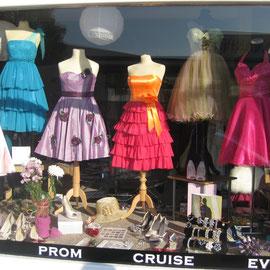Wer sich für Mode interessiert: Das tragen die Mädels in England beim Abi-Ball