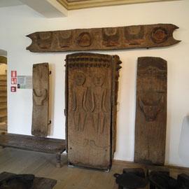 Türen gibt es hier mit vielfältigen Verzierungen, Schnitzerein und Bildern, die einiges aussagen über die Religion und Kultur