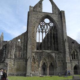 Die Abtei, die plötzlich auftaucht und riesig ist