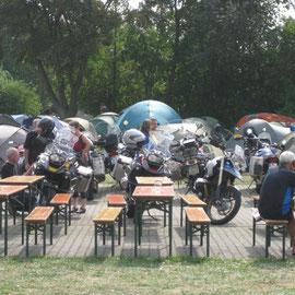 Viele Zelte, viele Leute, viele Motorräder, viel Sonne