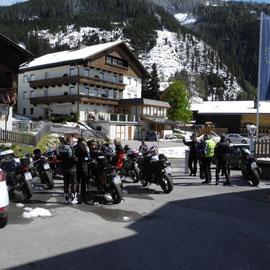 Trotzdem versammelten sich alle mutig auf dem Parkplatz - und scherzten rum - von wegen Schneeketten und so