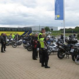 Hier auf dem Parkplatz - es waren ca. 40 Biker in der Tour
