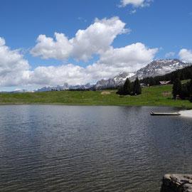 Wir fahren den Passo di Lavazé und oben empfängt uns ein kleiner See