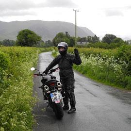 Immer gut drauf - auch im Regen. Karsten kennt mich nicht anders und würde mit mir auf dem Mond Motorrad fahren