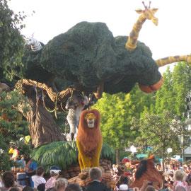 Parade um 19:15 Uhr mit dem König der Löwen