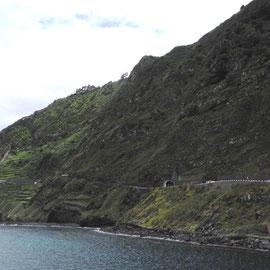 Die Straße an der Küste ist toll zu fahren und bietet eine schöne Aussicht auf das Meer