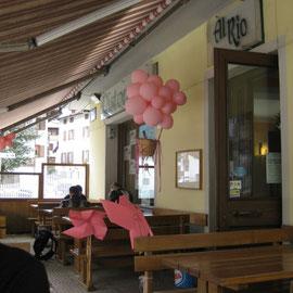 Das Restaurant unserer Mittagspausenwahl war noch im Giro d`Italia-Fieber - rosa geschmückt
