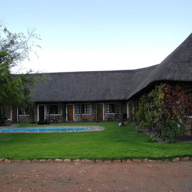 Idyllisch und ruhig fahren wir runter und chillen im Garten der Lodge