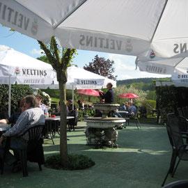 Im Biergarten gibt es viele Sitzmöglichkeiten und textile Bespannung gegen Sonnenstich