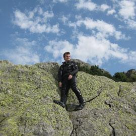 Der junge Mann und der Fels